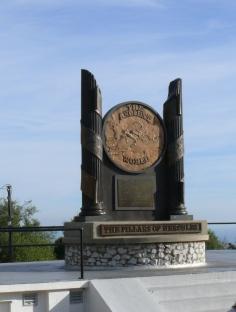 Das ist das Monument der Säulen auf Gibraltar (und es stammt aus dem Urlaub 2009). Um was es da ging, hatte ich freilich erst später rausgefunden.